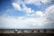 Tourists enjoy a bicycle ride at the seafront Malecon in Havana, February 20, 2016. Picture taken February 20, 2016. REUTERS/Alexandre Meneghini