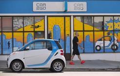 Carro elétrico da companhia de compartilhamento de veículos  Car2Go é visto estacionado em frente aos escritórios da empresa em San Diego, Califórnia. 1º de setembro de 2015.  REUTERS/Mike Blake