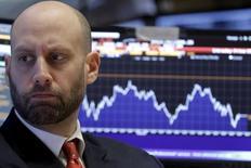 Трейдер в помещении Нью-Йоркской фондовой биржи 19 февраля 2016 года. Уолл-стрит закрылась снижением во вторник на фоне очередного падения цен на нефть.  REUTERS/Brendan McDermid