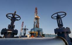 Буровая установка на нефтяном месторождении Лукойла в Западной Сибири. 25 января 2016 года. Цены на нефть снижаются, так как Саудовская Аравия исключила возможность сокращения добычи, а запасы нефти в США выросли. REUTERS/Sergei Karpukhin