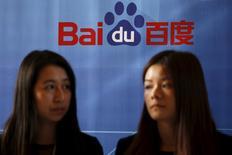 Женщины у логотипа Baidu в Шанхае 26 ноября 2015 года. Приложения, написанные китайским интернет-гигантом Baidu, собирают и отправляют компании персональную информацию пользователей, большинство из которой можно легко перехватить, показало исследование. REUTERS/Aly Song
