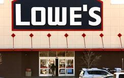 Lowe's, deuxième chaîne mondiale de magasins de bricolage par la part de marché, a publié une hausse des ventes meilleure que prévu grâce à la reprise du marché immobilier aux Etats-Unis et à un temps hivernal exceptionnellement clément. Les ventes à périmètre comparable ont augmenté de 5,2% durant le quatrième trimestre clos le 29 janvier, au lieu des 3,6% attendus par les analystes. /Photo d'archives/REUTERS/Rick Wilking