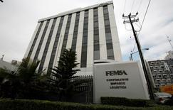 Imagen de archivo de la casa matriz de FEMSA en Monterrey, México, ene 11, 2010. La embotelladora y minorista mexicana FEMSA reportó el miércoles un caída interanual del 25 por ciento en su utilidad neta del cuarto trimestre del 2015, por mayores impuestos y gastos que junto con una menor ganancia de su participación en la cervecera Heineken opacaron un sólido crecimiento en sus ventas.   REUTERS/Tomas Bravo