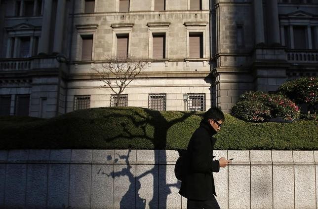 2月25日、日銀の木内登英審議委員は、鹿児島市内で会見し、1月の金融政策決定会合で日銀が導入を決めたマイナス金利政策は、すでに低下している金利水準をさらに押し下げる効果が大きくない一方、債券市場の不安定化を招いていると批判した。写真は都内の日銀本店前で2014年12月撮影(2016年 ロイター/Yuya Shino)