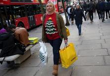 Les dépenses des ménages ont soutenu la croissance économique britannique à la fin de l'an dernier, contrebalançant une baisse de l'investissement des entreprises. Selon l'Office de la statistique nationale, le PIB a augmenté de 0,5% sur la période octobre-décembre par rapport au troisième trimestre. /Photo prise le 24 décembre 2015/REUTERS/Neil Hall