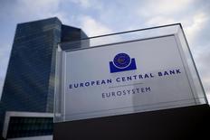 Le crédit aux entreprises en zone euro a légèrement augmenté le mois dernier, selon les statistiques publiées jeudi par la Banque centrale européenne (BCE), ce qui montre qu'une reprise modérée s'y déroule sans pour autant relâcher la pression en faveur de nouvelles mesures d'assouplissement. Le crédit aux entreprises a augmenté de 0,6% le mois dernier et la croissance du crédit aux ménages est restée stable à 1,4%. /Photo prise le 3 décembre 2015/REUTERS/Ralph Orlowski