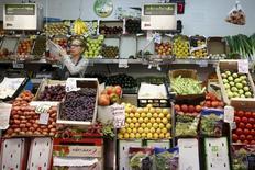 Los precios al consumidor de la zona euro crecieron un 0,3 por ciento interanual en enero, dijo el jueves la oficina de estadísticas de la Unión Europea, revisando una décima a la baja una estimación anterior. En la imagen, un puesto de fruta y verdura en un mercado madrileño, el 17 de julio de 2015. REUTERS/Juan Medina