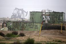 Станки-качалки на месторождении нефти близ Бейкерсфилда, Калифорния 17 января 2015 года. Саудовская Аравия, Катар и Россия согласились на встречу в середине марта для обсуждения действий по стабилизации рынка нефти, сообщил министр нефтяной промышленности Венесуэлы Эулохио дель Пино. REUTERS/Lucy Nicholson