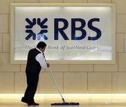 Логотип Royal Bank of Scotland в офисе банка в Лондоне 6 августа 2010 года. Royal Bank of Scotland (RBS) отчитался в пятницу о восьмом подряд годовом убытке в 1,97 миллиарда фунтов стерлингов ($2,75 миллиарда) из-за расходов на реструктуризацию и юридические вопросы. REUTERS/Luke MacGregor