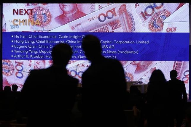 2月27日、ユーロ圏財務相会合(ユーログループ)のデイセルブルム議長(オランダ財務相)は20カ国・地域(G20)財務相・中央銀行総裁会議で、為替相場の下落につながるような政策決定を行う際に事前に通知することで合意したことを明らかにした。写真はG20の会場でスクリーンに映し出された人民元紙幣(2016年 ロイター/Aly Song)