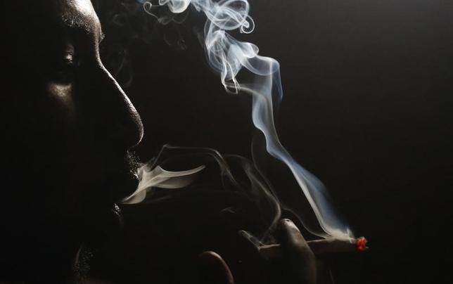 A heroin addict smokes heroin in Lamu November 21, 2014. Picture taken November 21, 2014.    REUTERS/Goran Tomasevic