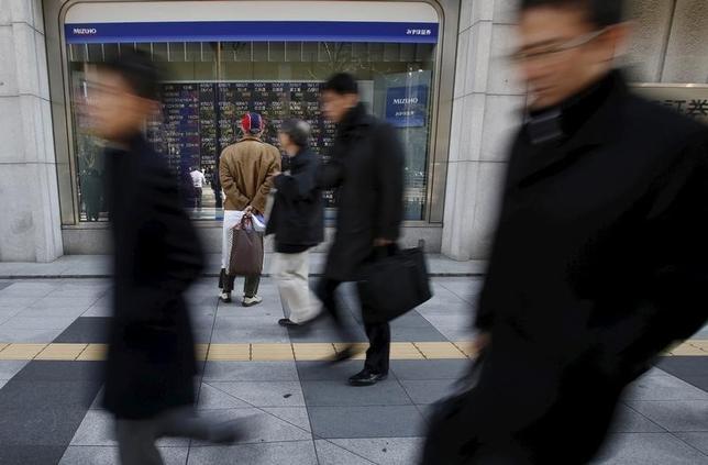 2月29日、寄り付きの東京株式市場で、日経平均株価は前営業日比124円90銭高の1万6313円31銭と続伸して始まった。写真は都内の株価ボード。26日撮影(2016年 ロイター/Yuya Shino)