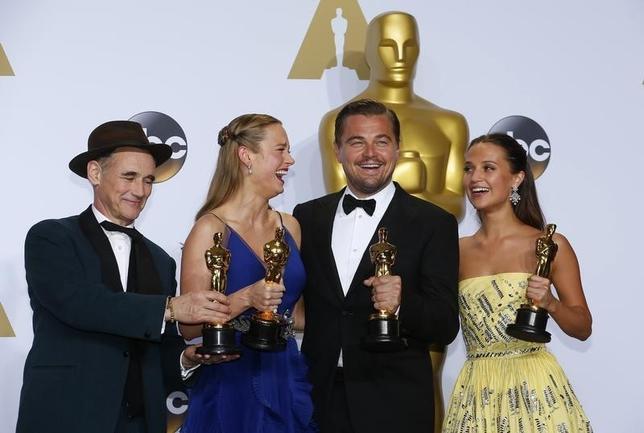2月28日、第88回米アカデミー賞の授賞式がハリウッドで開催された。写真は左からマーク・ライランス(助演男優賞)、ブリー・ラーソン(主演女優賞)、レオナルド・ディカプリオ(主演男優賞)、アリシア・ヴィキャンデル(助演女優賞)(2016年 ロイター/Mike Blake)