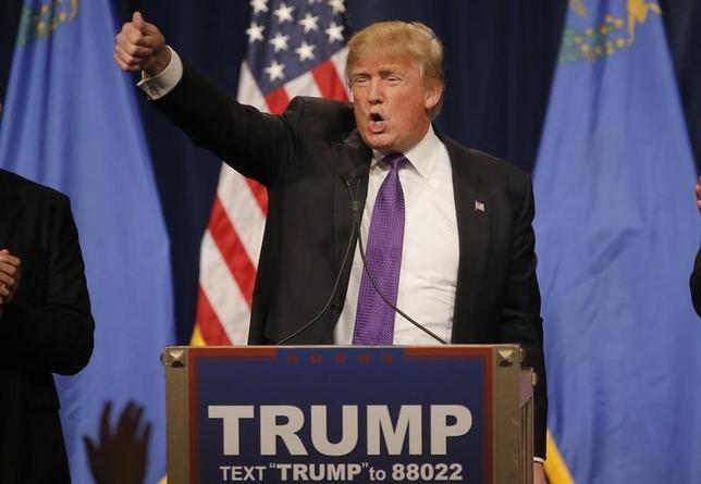 2月24日、米大統領選の共和党候補指名争いを不動産王ドナルド・トランプ氏(写真)がリードしていることは、大いなる皮肉を含んでいる。トランプ氏が得票1票に対して費やした選挙資金は共和党候補者の中で最も少ないからだ。ネバダ州で23日撮影(2016年 ロイター/Jim Young)
