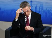 Генсек НАТО Йенс Столтенберг выступает в Мюнхене 13 ноября 2016 года. Хрупкое перемирие в Сирии в основном соблюдается, но НАТО обеспокоено усилением военного присутствия России в стране, сказал в понедельник генеральный секретарь альянса Йенс Столтенберг. REUTERS/Michael Dalder