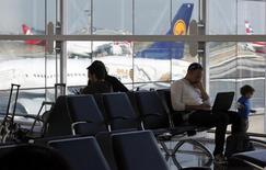 Pasajeros esperando sus vuelos en el aeropuerto internacional de Guarulhos en Sao Paulo, Brasil, mayo 20, 2014. El Gobierno de Brasil planea proponer al Congreso en la primera mitad del año elevar el límite a la participación extranjera en las aerolíneas locales, actualmente restringido a un 20 por ciento, dijo el lunes a Reuters el ministro interino de Aviación, Guilherme Ramalho.  REUTERS/Paulo Whitaker