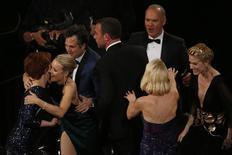 """Integrantes de """"Spotlight"""" comemoram Oscar de melhor filme. 28/2/2016.    REUTERS/Mario Anzuoni"""