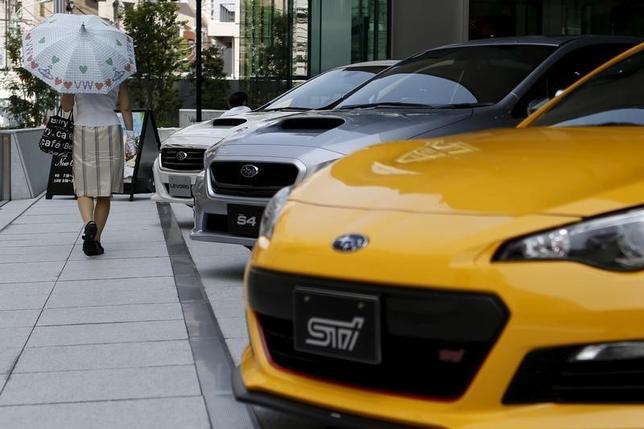 3月1日、2月の国内新車販売台数(軽自動車を含む)は前年同月比6.4%減の45万1330台で、14カ月連続でマイナスとなった。写真は都内販売店。昨年7月撮影(2016年 ロイター/Yuya Shino)