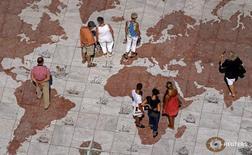 Люди на мраморной карте мира в Лиссабоне 14 сентября 2011 года. США, Китай, Бразилия и Индия продолжат увеличивать размер мирового госдолга в 2016 году, несмотря на небольшое сокращение ежегодных заимствований некоторыми странами по сравнению с прошлым годом, сообщило рейтинговое агентство Standard and Poor's в понедельник.  REUTERS/Jose Manuel Ribeiro