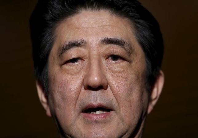 3月1日、安倍晋三首相(写真)は衆議院での2016年度予算成立後に国会内で記者会見し、年初来の金融市場の急変を受けて「国際金融経済分析会議」を開催すると正式発表した。1月撮影(2016年 ロイタ/Yuya Shino)