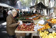 Una señora comprando frutas en un mercado de Montevideo, nov 6, 2015. El déficit fiscal de Uruguay avanzó en enero a 56.494 millones de pesos (unos 1.747 millones de dólares), lo que equivale a un 3,8 por ciento del Producto Interno Bruto (PIB) y representa la cifra más alta registrada en más de una década, informó el Gobierno.   REUTERS/Andres Stapff