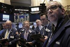 Трейдеры на торгах Нью-Йоркской фондовой биржи 26 февраля 2016 года. Фондовые рынки США закрепились на торгах вторника на положительной территории, главным образом, за счёт акций финансового сектора, так как слабые производственных данные некоторых стран укрепили надежды на дальнейшее смягчение монетарных политик. REUTERS/Brendan McDermid