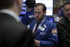 Un operador trabajando en la bolsa de Wall Street en Nueva York, mar 1, 2016. Las acciones de Estados Unidos subían el martes, lideradas por títulos financieros, debido a que datos débiles de manufacturas a nivel global aumentaban las esperanzas de que se apliquen más políticas expansivas.  REUTERS/Brendan McDermid