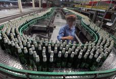 Пивоваренный завод China Resources Snow Breweries Co Ltd в Ланьчжоу. 25 августа 2010 года. Китайский холдинг China Resources Beer договорился о покупке доли SABMiller в их совместном предприятии CR Snow за меньшую сумму, чем ожидалось, в $1,6 миллиарда, что позволит устранить еще одно препятствие на пути поглощения базирующегося в Лондоне пивовара конкурентом Anheuser-Busch InBev. REUTERS/Stringer