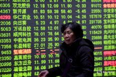 Инвестор у табло в брокерской конторе в Ханчжоу 15 января 2016 года. Фондовый рынок Китая закрыл торги четверга ростом третью сессию подряд, расширив 4-процентное ралли предыдущего дня, в ожидании ежегодной сессии китайского парламента, которая начнется в субботу. REUTERS/Stringer