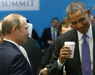Президент России Владимир Путин (слева) и президент США Барак Обама на саммите лидеров стран G20 в Анталье 16 ноября 2015 года. США продлили на год санкции против ставшей ее ключевым партнером в сирийском урегулировании России, введенных в 2014-м за аннексию Москвой Крыма и кровопролитный конфликт на востоке Украины. REUTERS/Kayhan Ozer/Pool