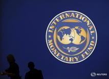 Логотип МВФ в Токио 10 октября 2012 года. Украине следует как можно скорее возобновить прерванное осенью сотрудничество с Международным валютным фондом, чему мешает, прежде всего, политический кризис, сказала глава Нацбанка Валерия Гонтарева. REUTERS/Kim Kyung-Hoon