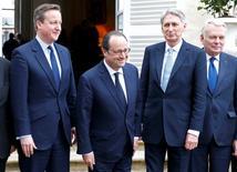 """De gauche à droite, le Premier ministre britannique David Cameron, François Hollande, le chef de la diplomatie britannique Phillip Hammond et son homologue français Jean-Marc Ayrault. Paris et Londres ont annoncé jeudi un investissement commun de """"plus de deux milliards euros"""" dans le développement de drones de nouvelle génération à l'occasion du 34e sommet franco-britannique notamment consacré aux questions de défense. /Photo prise le 3 mars 2016/REUTERS/Philippe Wojazer"""