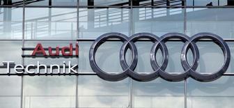 En la imagen, un logo de Audi en la sede del fabricante alemán, en Ingolstadt, Alemania, 16 de febrero de 2016. Audi, propiedad de Volkswagen, dio el jueves una temprana señal de los costos del escándalo por la adulteración de pruebas de emisiones en vehículos diésel que involucró a la mayor automotriz de Europa, al informar una fuerte caída en su ganancia en 2015. REUTERS/Michaela Rehle