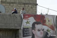 """Портрет президента Сирии Башара Асада в пригороде Дамаска 13 февраля 2016 года. Сирийская повстанческая группировка """"Джейш Аль-Ислам"""" сообщила в пятницу, что правительственные силы мобилизуются в попытке отбить у оппозиции больше территорий, в то время как они уже взяли ряд районов после вступления в силу соглашения о прекращении огня в субботу. REUTERS/Omar Sanadiki"""