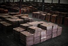 Cátodos de cobre, vistos en un almacen cerca del puerto Yangshan Deep Water, al sur de Shanghái, 23 de marzo de 2012. Los precios del cobre subían a su nivel máximo en casi cuatro meses el viernes, impulsados por el optimismo ante las perspectivas de la demanda y los recortes de producción, que ayudarán al mercado a dirigirse hacia el equilibrio. REUTERS/Carlos Barria