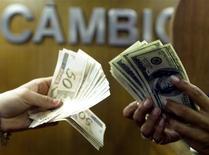 Notas de dólar e real em casa de câmbio no Rio de Janeiro. 04/08/2003. REUTERS/Bruno Domingos