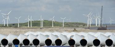 Las negociaciones de fusión que mantienen desde hace semanas el grupo industrial Siemens y Gamesa para fusionar sus negocios eólicos han encontrado un obstáculo en Adwen, la sociedad conjunta de eólica marina que la española tiene con la francesa Areva, dijeron tres fuentes con conocimiento de la situación el viernes.  En la imagen, palas de molinos de viento en la planta de Siemens en Esbjerg el 11 de junio de 2012. REUTERS/Fabian Bimmer