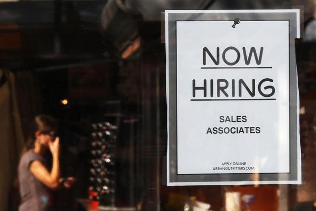 3月4日、2月の米雇用統計は雇用者数が大幅増となったが、賃金は減少した。写真はマサチューセッツ州の小売り店ドアに貼られた求人募集の張り紙。2014年9月撮影。(2016年 ロイター/ Brian Snyder)