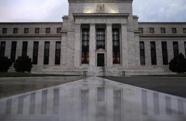 3月4日、米FRBは、将来の金融危機回避に向け、大手金融機関相互の融資に上限を設ける金融規制案を発表した。写真は2013年7月、ワシントンのFRBビル前で撮影(2016年 ロイター/Jonathan Ernst)