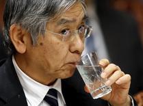 Se espera a que el Banco de Japón recorte sus previsiones para la economía y los precios del próximo año fiscal en la revisión trimestral en abril, dijeron fuentes familiarizadas con el pensamiento del banco, ante el impacto de la débil demanda mundial en el crecimiento y el peso de la revalorización del yen en el coste de los carburantes de importación. En la foto, el gobernador del Banco de Japón, Haruhiko Kuroda, en una comparecencia ante la comisión de finanzas del la Cámara Alta del Parlamento en Tokio el 18 de febrero de  2016.   REUTERS/Toru Hanai