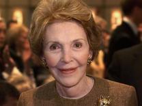 En la imagen de archivo, la ex primera dama de EEUU Nancy Reagan sonríe durante un discurso del entonces gobernador de Texas George W. Bush en Simi Valley, California, el 18 de noviembre de 2000. Nancy Reagan falleció a los 94 años, informó el sitio web TMZ, citando a un miembro cercano de su familia.