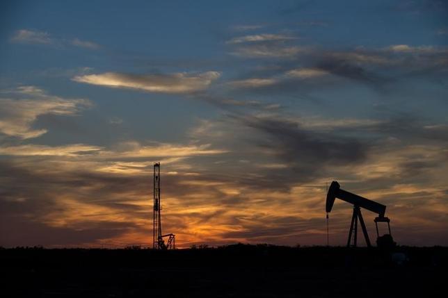 3月8日、EIAは17年の米産油量が日量48万バレル減の同819万バレルになるとの予想を示した。写真はテキサス州の石油掘削施設、2015年6月撮影。(2016年 ロイター/Cooper Neill)