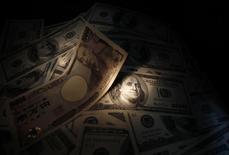 Банкноты японской иены и доллара США. Токио, 9 сентября 2010 года. picture illustration. Японская иена укрепилась в среду благодаря растущему спросу из-за разочаровывающей торговой статистики Китая. REUTERS/Yuriko Nakao