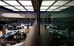 Помещение фондовой биржи во Франкфурте-на-Майне. 23 февраля 2016 года. Европейские фондовые индексы немного повысились в начале торгов в среду, поскольку подорожавшие акции банковского сектора оказали поддержку рынкам региона. REUTERS/Kai Pfaffenbach