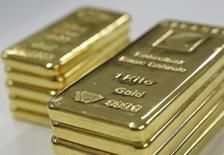 Слитки золота в офисе Banque Cantonale Vaudoise близ Лозанны. 17 февраля 2011 года. Цены на золото снижаются вслед за курсом евро, так как участники рынка почти уверены, что Европейский центробанк смягчит политику на этой неделе. REUTERS/Denis Balibouse