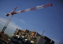 Los precios de la vivienda en España subieron un 4,2 por ciento internaual en el último trimestre de 2015, moderando las subidas de trimestres anteriores, mostraron el miércoles datos del Instituto Nacional de Estadística. En la imagen, una vista general muestra un edificio de pisos en construcción en el barrio de Valdebebas en Madrid, España, el 10 de diciembre de 2014. REUTERS/Andrea Comas