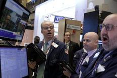 Трейдеры на торгах Нью-Йоркской фондовой биржи 4 марта 2016 года. Американский фондовый рынок вырос за счёт небольшого объёма торгов, при этом динамику торгам задавали цены на нефть и акции энергетического сектора. REUTERS/Brendan McDermid