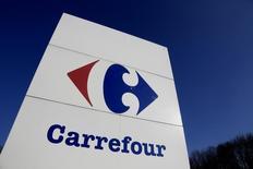Carrefour publie des résultats annuels en hausse pour la quatrième année consécutive. Ses solides performances en Europe et au Brésil ont permis de compenser un recul en France et une chute Chine. /Photo prise le 29 février 2016/REUTERS/Jacky Naegelen