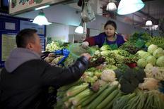 La inflación al consumidor de China superó los pronósticos en febrero, acelerándose en su mayor ritmo desde julio de 2014, mientras que los precios a la producción ralentizaron su caída por segundo mes consecutivo, lo que reduce algo de la presión sobre las autoridades. En la imagen, un hombre elige verduras en un mercado de Shanghái, China, el 10 de marzo de 2016. REUTERS/Aly Song