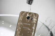 Un modelo demuestra la función de resistencia al agua del nuevo teléfono inteligente Galaxy S7 Edge de Samsung Electronics, durante la ceremonia de lanzamiento en Seúl, Corea del Sur, March 10, 2016. El gigante tecnológico surcoreano Samsung Electronics Co Ltd recibió más pedidos de lo previsto de su nuevo teléfono inteligente Galaxy S7 que se lanza esta semana, dijo el jueves un alto ejecutivo de la compañía. REUTERS/Kim Hong-Ji